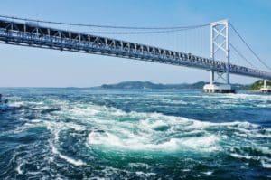 鳴門競艇場の特徴と予想のポイントを解説!潮の満ち引きや風に注目!